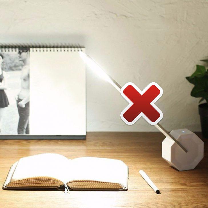 неправильная настольная лампа для школьника свет бьет в глаза
