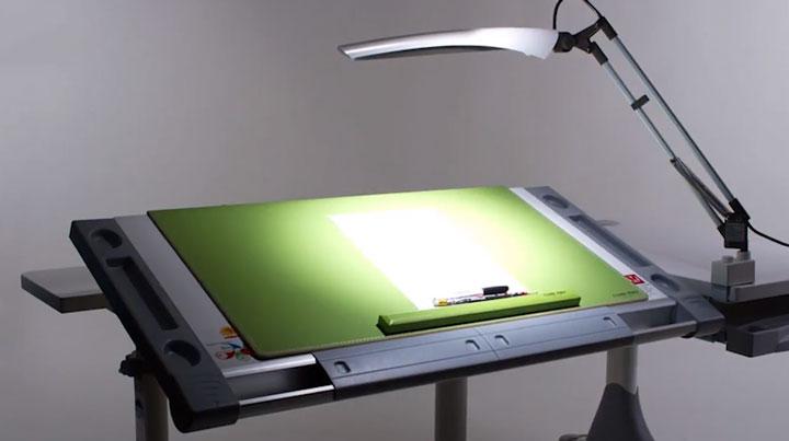 отражение яркой лампы на рабочем столе