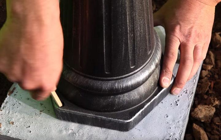 разметка мест крепления фонарного столба освещения на бетонной закладной