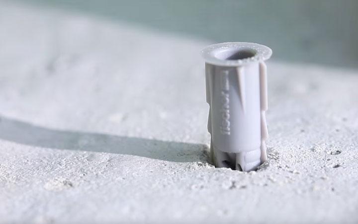 установка дюбелей для крепежа в бетоне фонарного столбика освещения