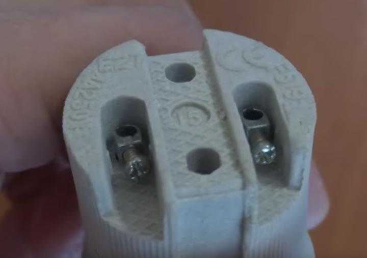 винты крепления для подключения проводов на керамическом патроне