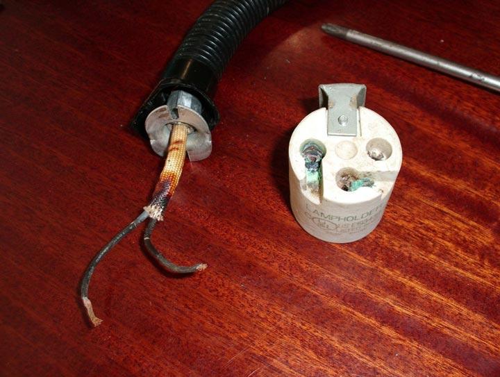 подгоревшие контакты на керамическом патроне лампочки светильника из-за чего сгорает лампа часто