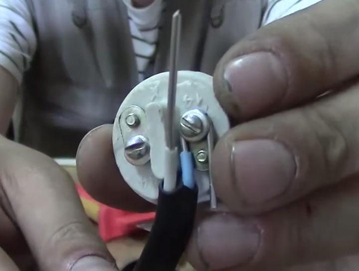 как подключить патрон к проводам без откручивания винтов