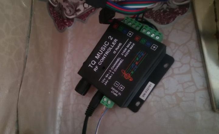 подключение под потолком музыкального контроллера для светодиодной ленты напрямую через jack разъем 3,5мм