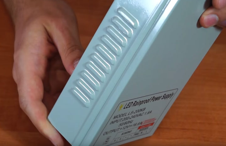 защита от капель дождя и воды в полугерметичных блоках питания светодиодной ленты