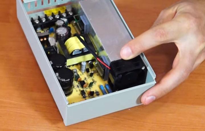 встроенный вентилятор в полугерметичных блоках питания светодиодной ленты