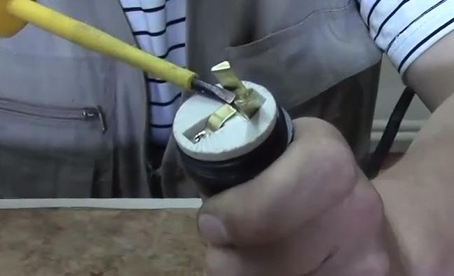 как нельзя отгибать контакты на цоколе лампочки
