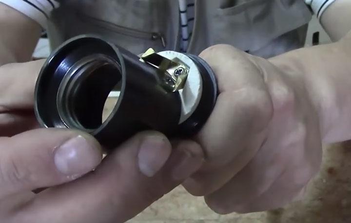 как безопасно подогнуть контакт на патроне лампочки без инструмента