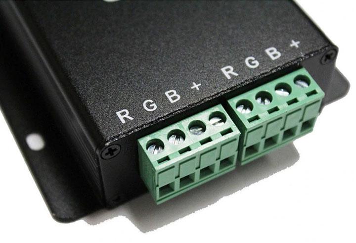 клеммная колодка для подключения разъемов от светодиодной ленты на RGB контроллере