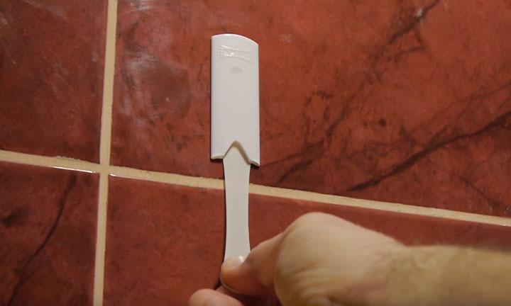 как повесить и снять крючок крепления в ванной без шурупов