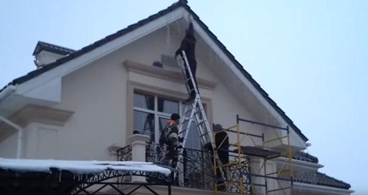 подвеска и крепление новогодней гирлянды на фасаде дома