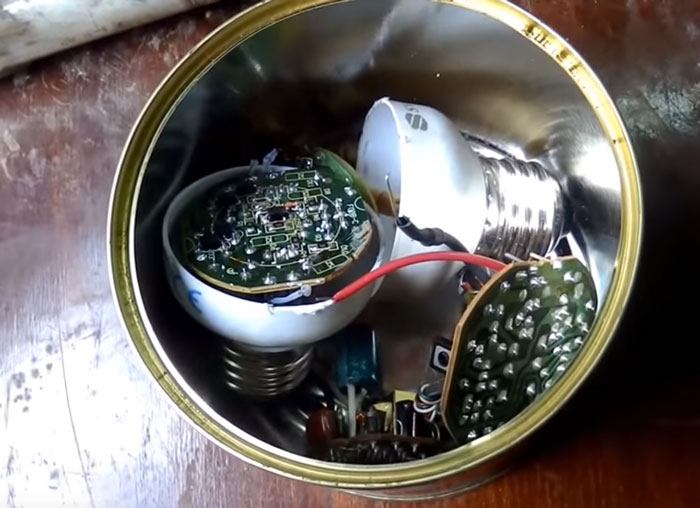 зачем хранить сгоревшие энергосберегающие лампочки