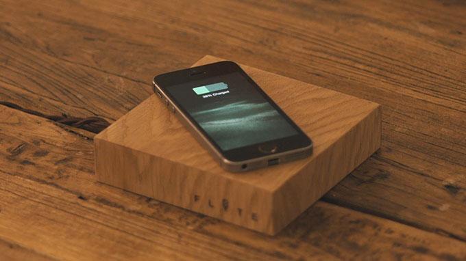 от подставки левитирующей лампочки Flyte можно заряжать смартфоны