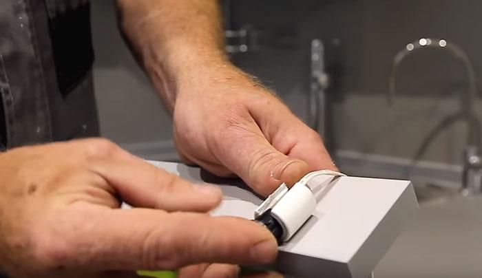 где спрятать ИК датчик взмаха руки для подсветки кухни