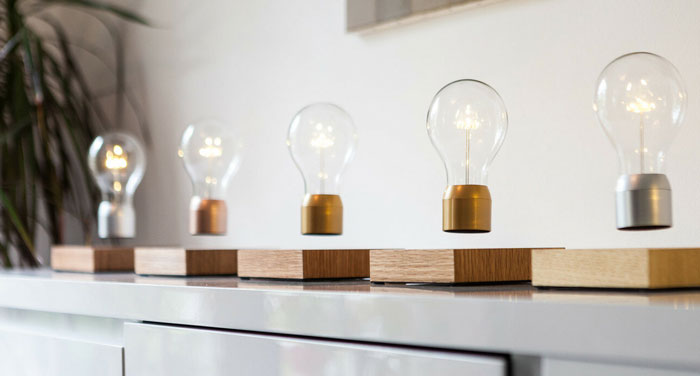 левитирующая лампочка flyte на подставке