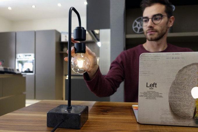 оригинальная левитирующая лампочка в настольном светильнике