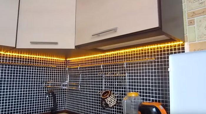 желтый теплый свет подсветки на рабочей зоне кухни