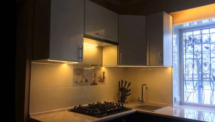 кухня с теплым цветом свечения