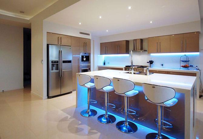 квартирая студия и подсветка на кухне