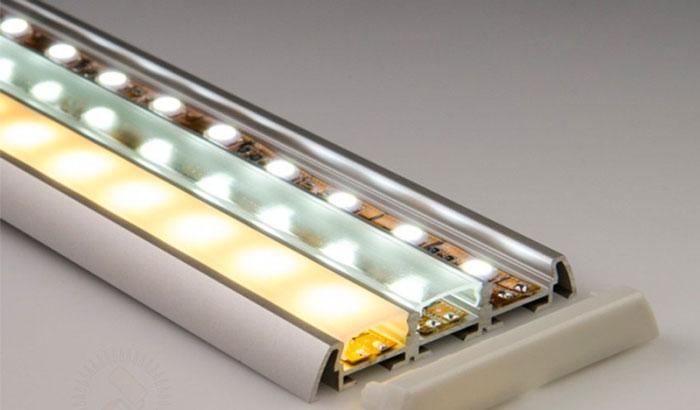 защитный профиль с матовым стеклом для подсветки на кухне