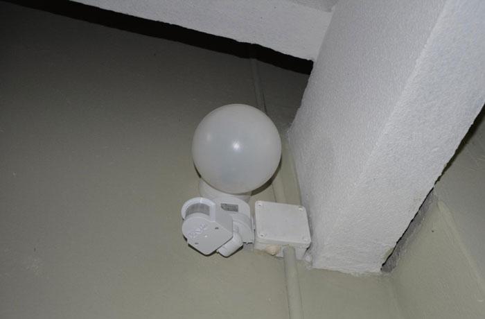 датчик движения под корпусом светильника