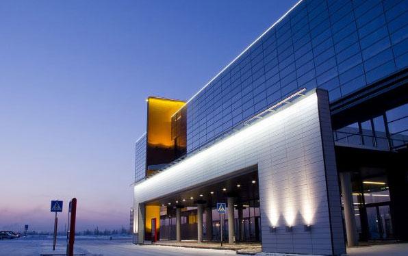 подсветка входа в здание торгового центра
