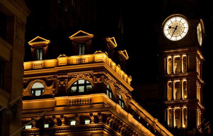красивое контурное освещение здания