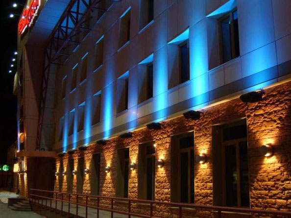 двухсторонние светильники на фасаде дома