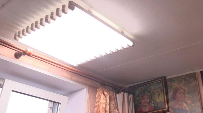 люминесцентные лампы на потолке для работы художника