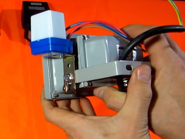 установка датчика света на корпусе прожектора