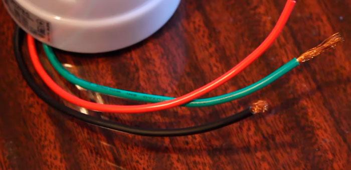 как различать провода на датчике света