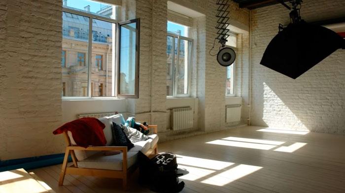 трансформируемый светильник на потолок в художественной мастерской
