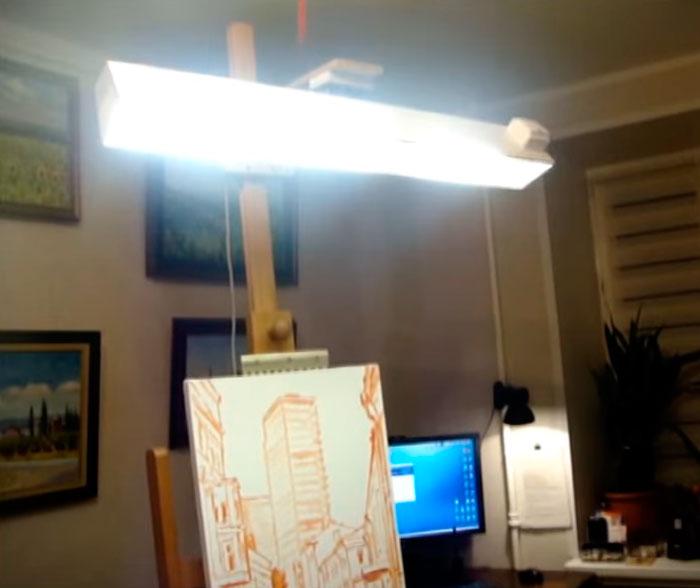 мобильный светильник на мольберте художника