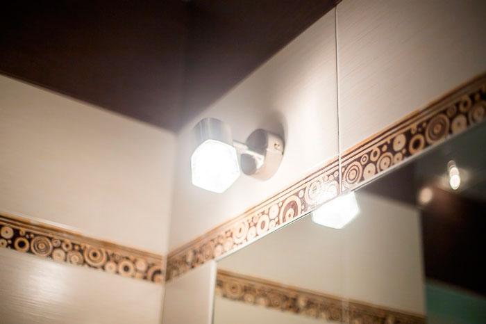 одиночная лампочка над зеркалом