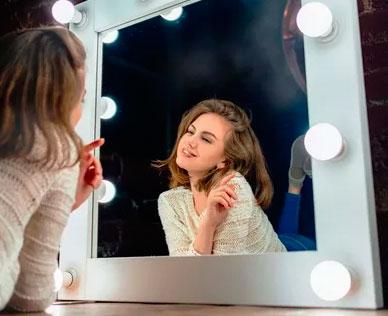 нужен ли ряд нижних лампочек в гримерном зеркале
