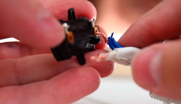 подключение провода к патрону лампочки