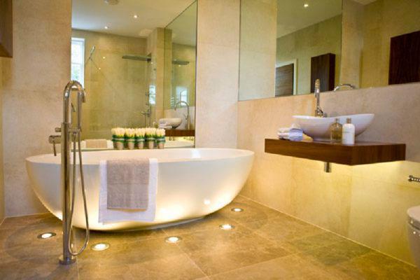 напольные светильники в ванной