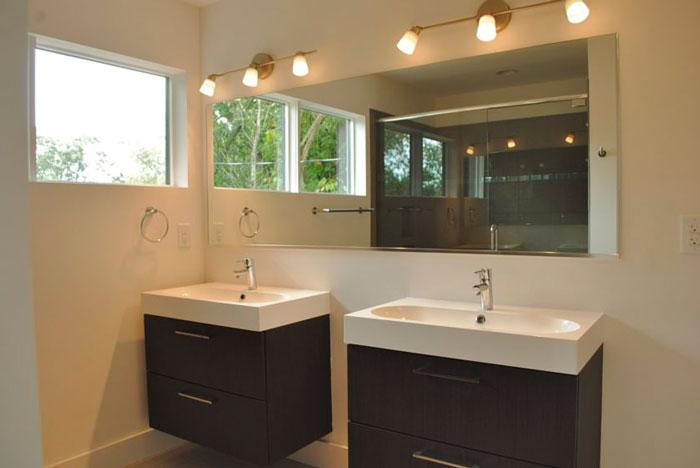 поворотные споты над зеркалом в ванной