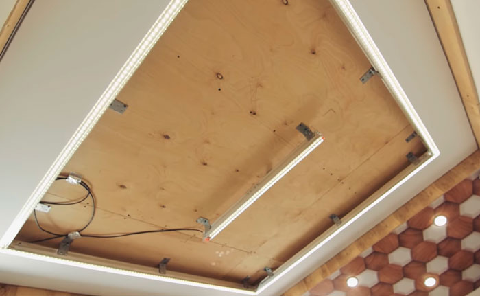 световая линия в центре потолка