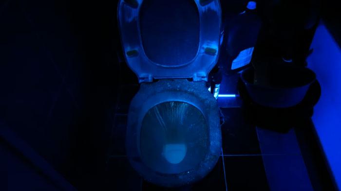 туалет в ультрафиолетовом свете