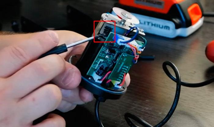 антенна внутри лазерного новогоднего проектора для управления с пульта
