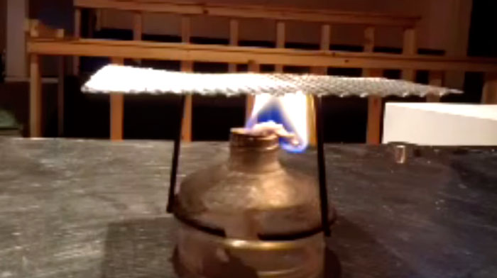 эффект теплопроводности огня лампы и металлической сетки