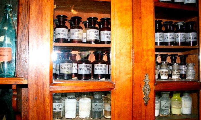 банки склянки в аптеке