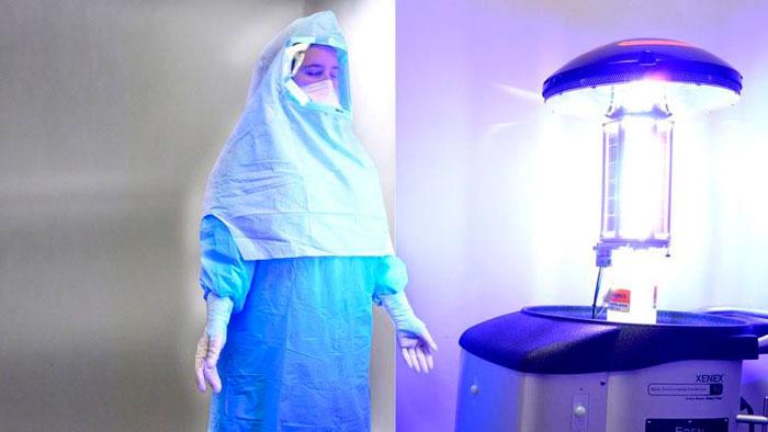 человек в одной комнате с бактерицидной лампой