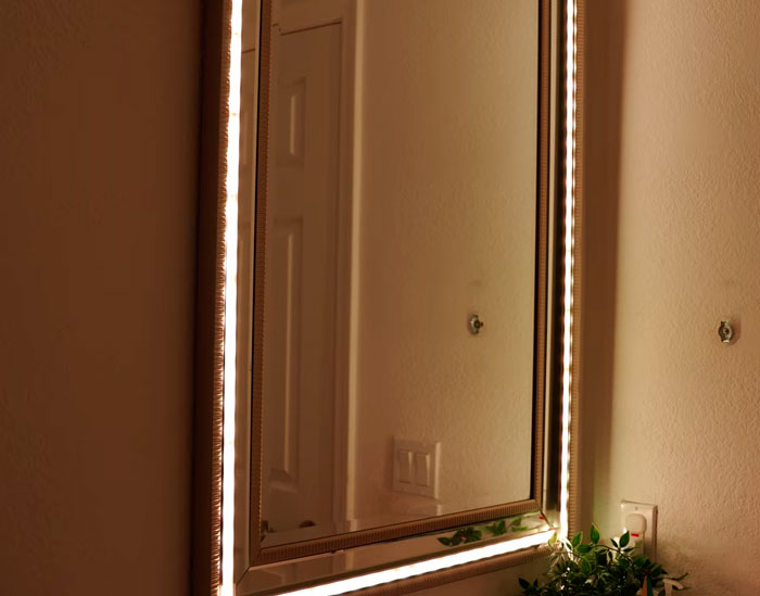 теплый свет от зеркала в ванной