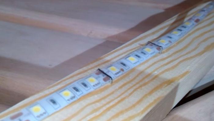 крепеж светодиодной ленты на скобы и степлер