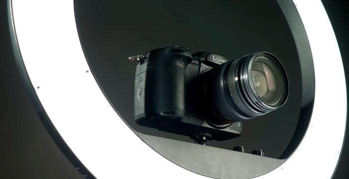 фоттоаппарат закрепленный на кольцевом света