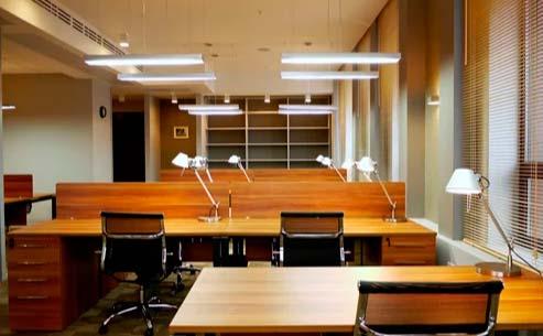 подвесные светильники над рабочим местом в офисе