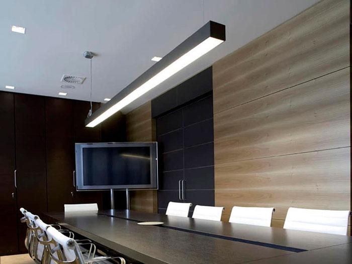 светильник над столом переговоров