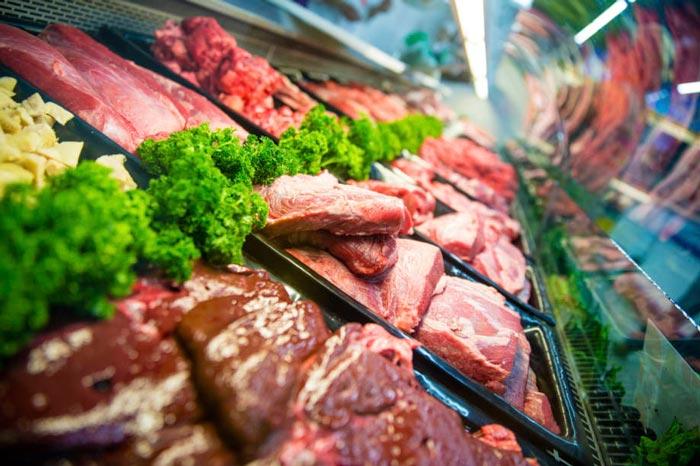 освещение мяса в витрине